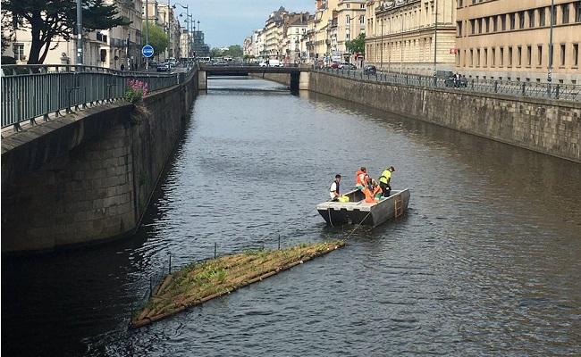 Installation sur la Vilaine des jardins flottants à Rennes.